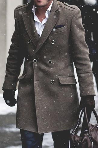 Cómo combinar: abrigo largo verde oliva, camisa de vestir blanca, pantalón de vestir negro, bolsa de viaje de cuero en marrón oscuro
