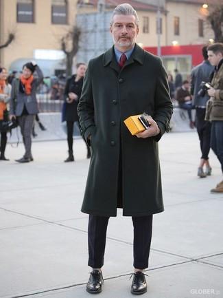 Cómo combinar: abrigo largo verde oscuro, camisa de vestir azul, pantalón de vestir negro, zapatos oxford de cuero negros