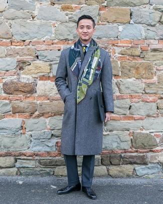Cómo combinar: abrigo largo gris, camisa de vestir de rayas verticales celeste, pantalón de vestir en gris oscuro, zapatos oxford de cuero negros