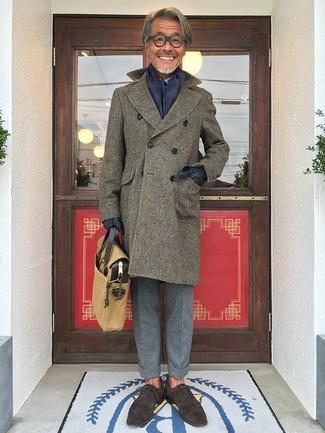 Cómo combinar: abrigo largo verde oliva, camisa de vestir celeste, pantalón de vestir de lana gris, zapatos oxford de ante en marrón oscuro