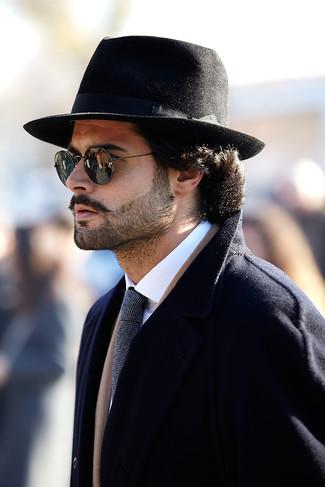Cómo combinar: abrigo largo negro, camisa de vestir blanca, sombrero de lana negro, corbata de rayas horizontales en negro y blanco