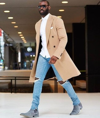Cómo combinar: abrigo largo en beige, camisa de vestir blanca, vaqueros pitillo desgastados celestes, botines chelsea de ante grises