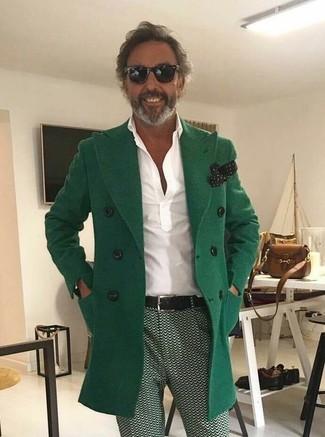 Cómo combinar: abrigo largo verde, camisa polo blanca, pantalón chino estampado verde, pañuelo de bolsillo a lunares en negro y blanco