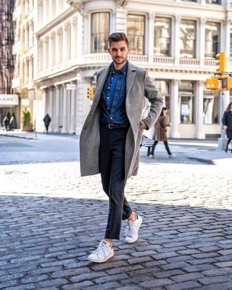Cómo combinar: abrigo largo gris, camisa vaquera azul marino, camiseta con cuello circular azul, pantalón de vestir en gris oscuro
