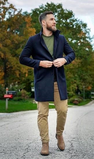Cómo combinar: abrigo largo azul marino, camiseta con cuello circular verde oliva, pantalón chino marrón claro, botines chelsea de ante marrón claro
