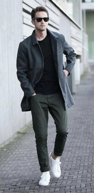 Cómo combinar: abrigo largo en gris oscuro, camiseta con cuello circular negra, pantalón chino verde oliva, tenis blancos