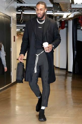 Cómo combinar: abrigo largo negro, camiseta con cuello circular estampada en negro y blanco, pantalón chino de rayas verticales en negro y blanco, deportivas negras
