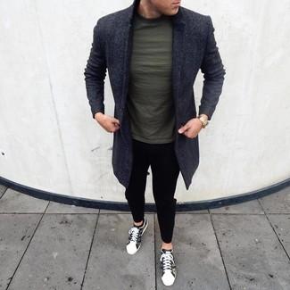 Cómo combinar: abrigo largo en gris oscuro, camiseta con cuello circular verde oscuro, pantalón chino negro, tenis de camuflaje verde oliva