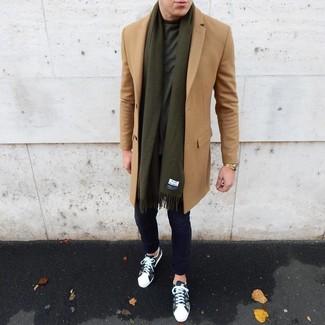 Cómo combinar: abrigo largo marrón claro, camiseta con cuello circular verde oscuro, pantalón chino azul marino, tenis de camuflaje verde oliva