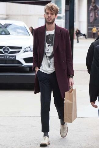 Cómo combinar: abrigo largo burdeos, camiseta con cuello circular estampada en blanco y negro, pantalón de vestir de rayas verticales azul marino, zapatos brogue de cuero blancos