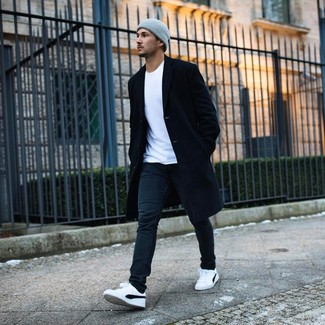 Cómo combinar: abrigo largo negro, camiseta con cuello circular blanca, vaqueros negros, tenis en blanco y negro