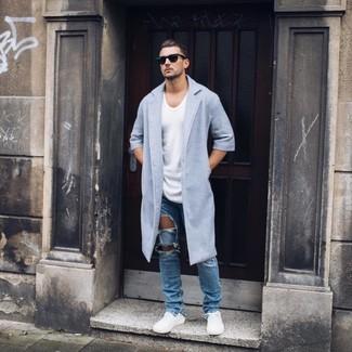 Cómo combinar: abrigo largo celeste, camiseta con cuello circular blanca, vaqueros desgastados azules, tenis blancos