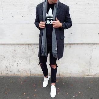 Cómo combinar: abrigo largo en gris oscuro, camiseta con cuello circular estampada en negro y blanco, vaqueros desgastados negros, tenis blancos