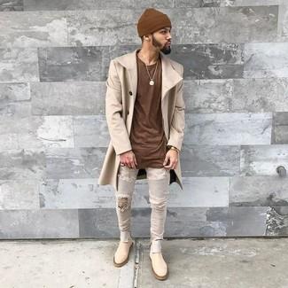 Cómo combinar: abrigo largo en beige, camiseta con cuello circular marrón, vaqueros pitillo desgastados grises, botines chelsea de ante en beige