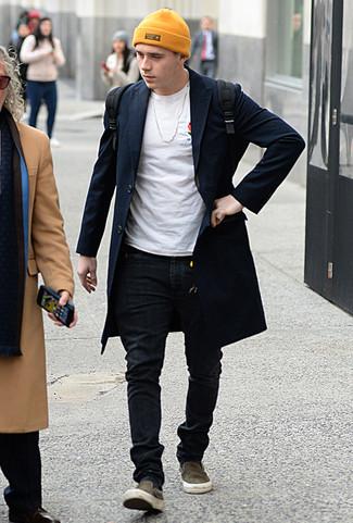 Cómo combinar: abrigo largo azul marino, camiseta con cuello circular blanca, vaqueros pitillo negros, zapatillas slip-on de lona verde oliva
