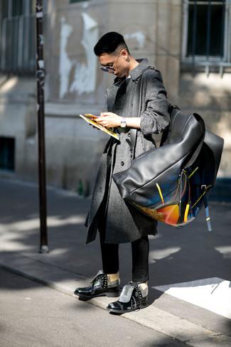 Cómo combinar: abrigo largo de tartán en gris oscuro, camiseta con cuello circular blanca, vaqueros pitillo negros, botas casual de cuero negras