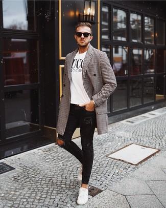 Cómo combinar: abrigo largo de cuadro vichy en negro y blanco, camiseta con cuello circular estampada en blanco y negro, vaqueros pitillo desgastados negros, tenis de cuero blancos