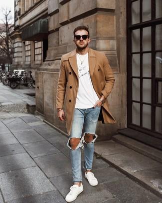 Cómo combinar: abrigo largo marrón claro, camiseta con cuello circular estampada en blanco y negro, vaqueros pitillo desgastados celestes, tenis de cuero blancos