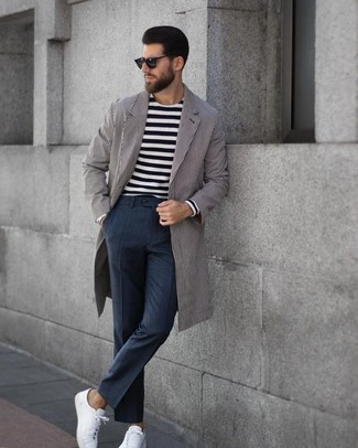 Cómo combinar: abrigo largo de rayas verticales gris, camiseta de manga larga de rayas horizontales en negro y blanco, pantalón de vestir a cuadros en gris oscuro, tenis de cuero blancos