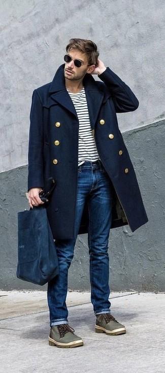 Cómo combinar: abrigo largo azul marino, camiseta de manga larga de rayas horizontales en blanco y negro, vaqueros azules, botas safari de lona verde oliva