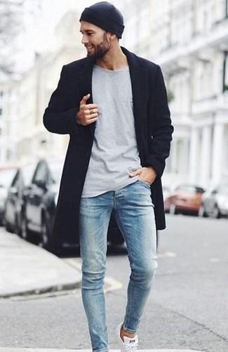 Cómo combinar: abrigo largo negro, camiseta de manga larga gris, vaqueros pitillo celestes, tenis blancos