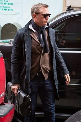 Cómo combinar: abrigo largo negro, cárdigan marrón, camisa de manga larga blanca, vaqueros azul marino