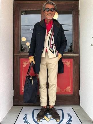 Cómo combinar: abrigo largo negro, cárdigan estampado en multicolor, camisa de manga larga roja, camiseta con cuello circular blanca