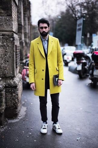 Cómo combinar: abrigo largo amarillo, cárdigan negro, camisa de vestir de cambray celeste, vaqueros pitillo negros