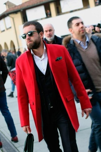 Cómo combinar: abrigo largo rojo, cárdigan negro, camisa de vestir blanca, pantalón de vestir azul marino