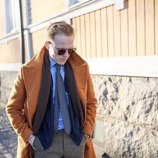 Cómo combinar: abrigo largo marrón claro, cárdigan azul marino, camisa de vestir celeste, pantalón de vestir de espiguilla marrón