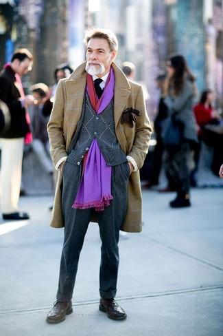 Cómo combinar: abrigo largo a cuadros marrón claro, cárdigan en gris oscuro, camisa de vestir blanca, pantalón de vestir de lana en gris oscuro