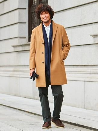 Cómo combinar: abrigo largo marrón claro, cárdigan gris, camisa de vestir a cuadros blanca, pantalón chino negro