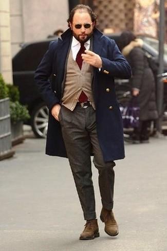 Cómo combinar: abrigo largo azul marino, cárdigan marrón claro, camisa de vestir blanca, pantalón de vestir de lana en gris oscuro