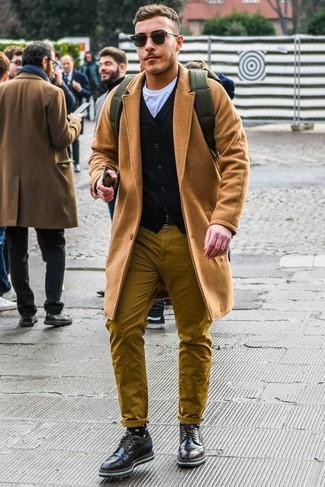 Cómo combinar: abrigo largo marrón claro, cárdigan negro, camiseta con cuello circular blanca, pantalón chino mostaza
