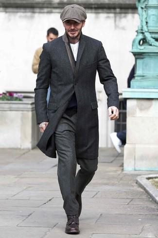 Cómo combinar: abrigo largo negro, cárdigan azul marino, camiseta henley de manga larga de rayas verticales blanca, pantalón de vestir de lana en gris oscuro