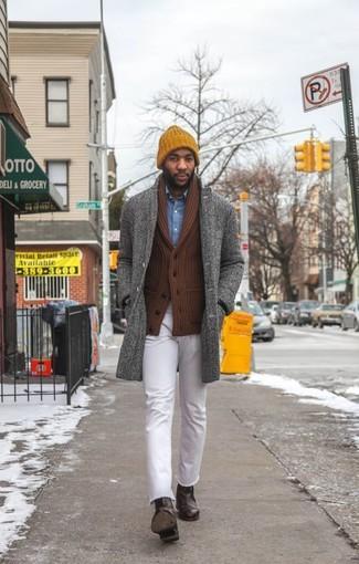 Cómo combinar: abrigo largo de espiguilla gris, cárdigan con cuello chal marrón, camisa vaquera azul, vaqueros blancos