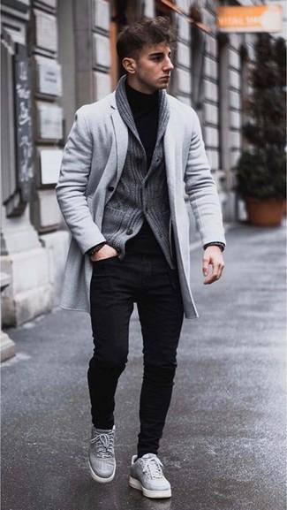 Cómo combinar: abrigo largo gris, cárdigan con cuello chal en gris oscuro, jersey de cuello alto negro, vaqueros pitillo negros
