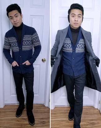 Cómo combinar: abrigo largo azul marino, cárdigan con cuello chal de grecas alpinos azul marino, jersey de cuello alto en gris oscuro, pantalón de vestir azul marino