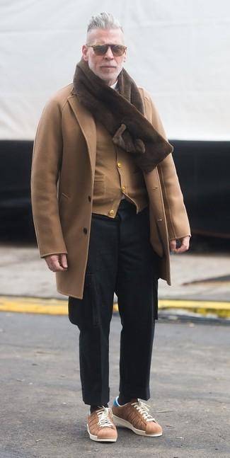 Cómo combinar: abrigo largo marrón claro, cárdigan marrón claro, jersey de cuello alto blanco, pantalón cargo de lana negro
