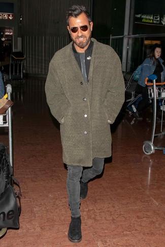 Cómo combinar: abrigo largo de forro polar verde oliva, cazadora de aviador negra, camiseta con cuello circular en gris oscuro, vaqueros pitillo en gris oscuro