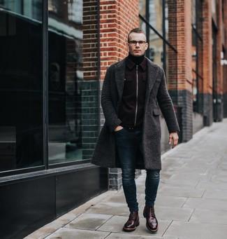 Cómo combinar: abrigo largo en gris oscuro, cazadora de aviador de lana burdeos, jersey de cuello alto negro, vaqueros pitillo azul marino