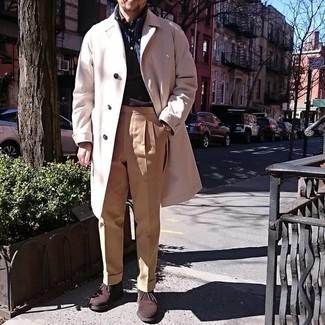 Cómo combinar: abrigo largo en beige, chaleco de abrigo azul marino, camisa de manga larga en marrón oscuro, pantalón de vestir marrón claro
