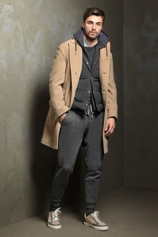 Cómo combinar: abrigo largo marrón claro, chaleco de abrigo acolchado negro, jersey con cuello circular en gris oscuro, sudadera con capucha en gris oscuro