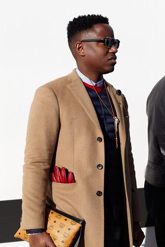 Cómo combinar: abrigo largo marrón claro, chaleco de abrigo azul marino, jersey con cuello circular rojo, camisa de vestir a lunares en blanco y negro