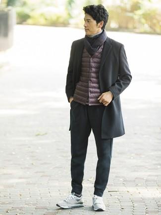 Cómo combinar: abrigo largo negro, chaleco de abrigo burdeos, jersey de cuello alto gris, pantalón de chándal negro
