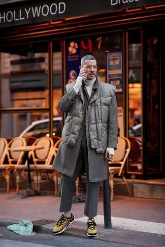Cómo combinar: abrigo largo a cuadros en marrón oscuro, chaleco de abrigo acolchado en marrón oscuro, jersey de cuello alto en beige, pantalón de vestir de lana en gris oscuro