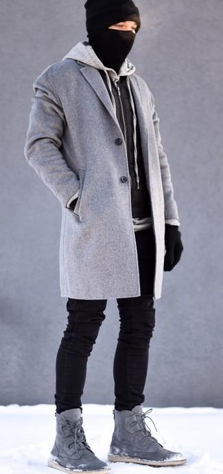 Cómo combinar: abrigo largo gris, chaleco de abrigo acolchado negro, sudadera con capucha gris, vaqueros pitillo negros