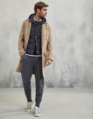 Cómo combinar: abrigo largo marrón claro, chaleco de abrigo acolchado negro, sudadera con capucha negra, camisa polo blanca
