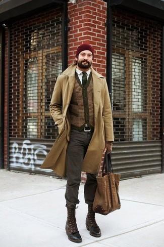 Cómo combinar: abrigo largo marrón claro, chaleco de vestir de lana marrón, camisa de manga larga blanca, vaqueros en gris oscuro