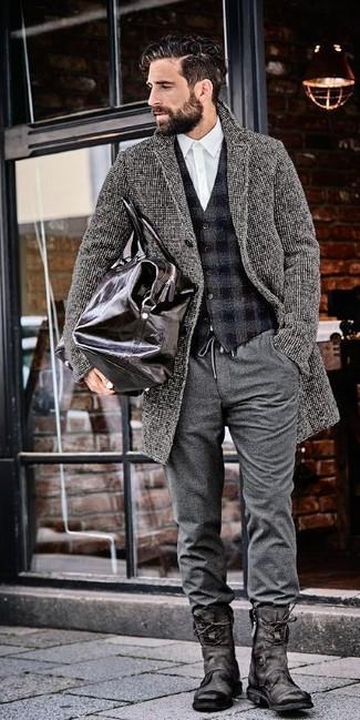 Cómo combinar: abrigo largo gris, chaleco de vestir de lana a cuadros en gris oscuro, camisa de vestir blanca, pantalón chino de lana gris